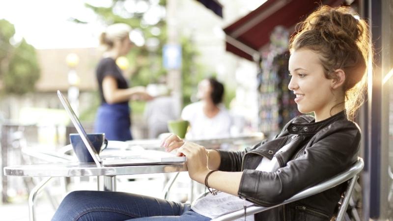 Ce dispozitive folosesc tinerii pentru a naviga pe internet?